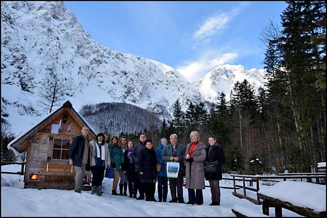 Ispred-Planinarske-kuce-u-Logarskoj-dolini-u-Alpskoj----Slovenij