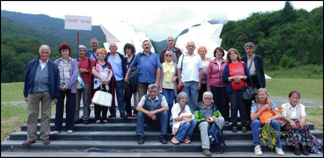 Grupa-Ccaccana-na-Sutjesci,-nizze-Spomenika