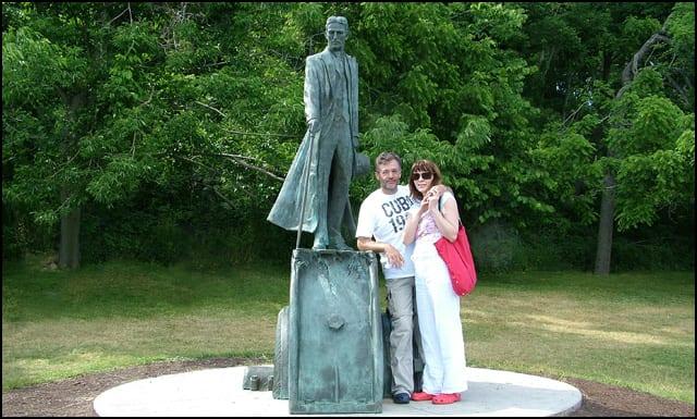 Spomenik-Nikoli-Tesli-na-Nijagari--sa-Kanadske-strane---Marina-sa-suprugom